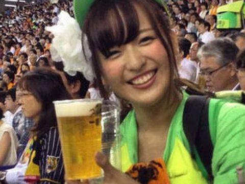 【これは惚れる】うおぉぉぉ!かわえぇぇ!プロ野球の開幕が楽しみになる可愛いビールの売り子さんwwww