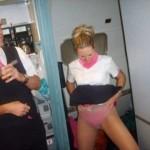 ちょww乗客に隠れて機内でこんなエロいことしてんのかよw連邦航空局にバレたら一大事CAさんのおふざけエロ画像