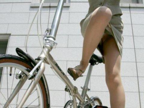 タイトスカートで自転車乗ってるOLさんの足元が際どすぎて目が離せねーwwww