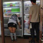 【パンチラエロ画像】ガン見不可避wwwまさに無防備!ミニスカートなのに自販機でジュースを買うとこうなるwwwww(15枚)