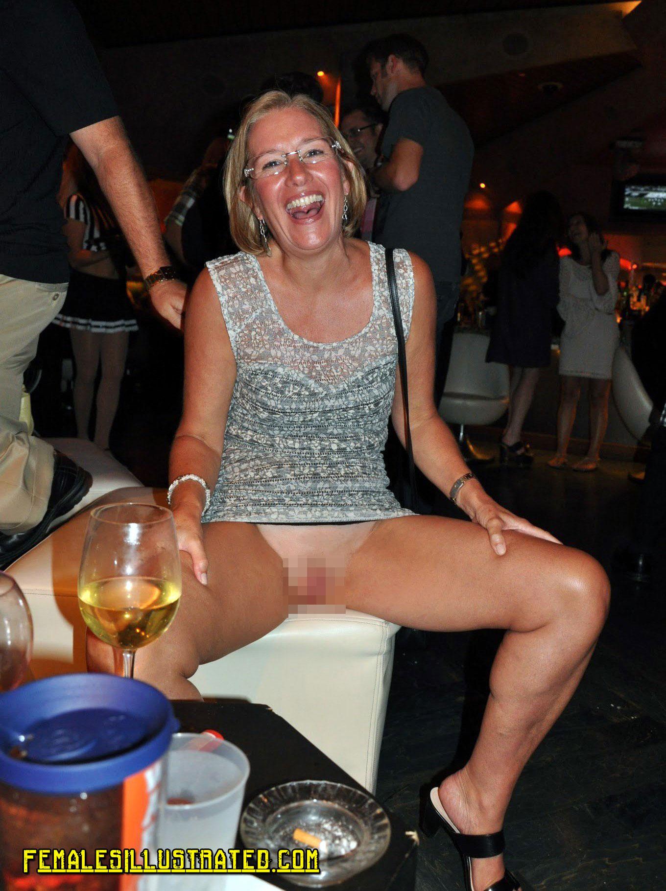 【泥酔エロ画像】外国人の女は酔っ払うとぱんつぬぎパンツ脱ぎたくなるのか!?泥酔したヤンキー娘がマンコまる出しなんだがwww その4