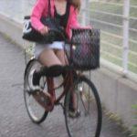 暖かくなってくると普通に街中歩いてるだけでパンチラ見えまくり…ミニスカで自転車乗ってる女の子って痴女なん!?