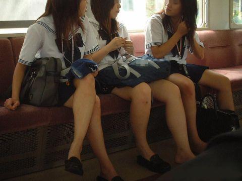 夏場のこーいう女子●生、汗でムレムレ…めっちゃ臭そうな足の裏!裸足ローファーがくっそエロいンゴwww