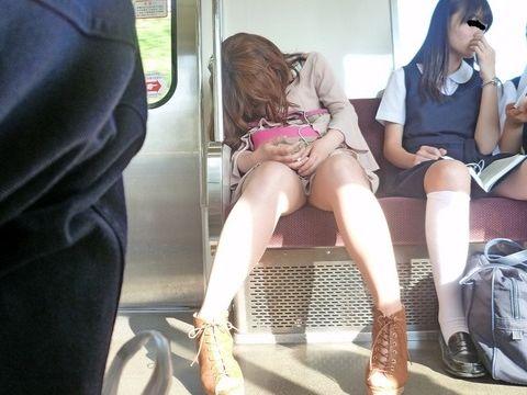 【 ガン見不可避 】あぁ~これで今日も遅刻だよwww電車から降りられなくなる正面のパンチラ!