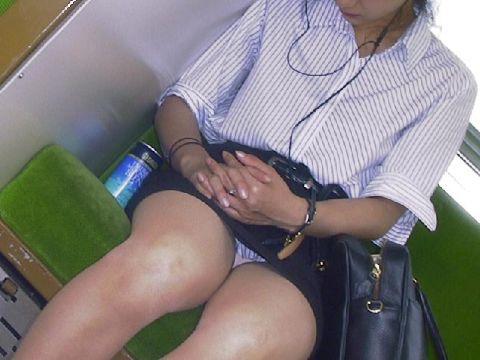 【電車内隠し撮りエロ画像】電車で対面に座ったお姉さんの股間が罠じゃないかというほどまる見えなんだがwww
