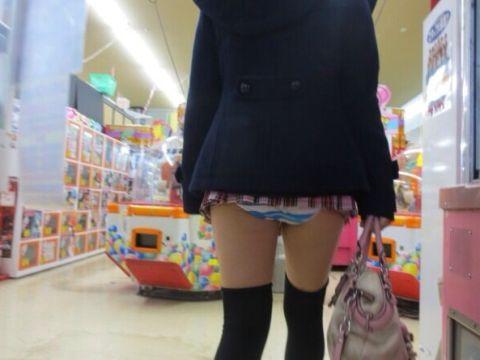 パンツまる見え!?スカートが短すぎてやばい…街撮りされたミニスカ娘のパンチラ画像