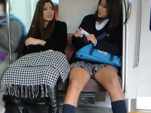 """<span class=""""title"""">電車内で見かけた女子高生のキワドい太もも…ミニスカが映える美脚がそそる盗撮エロ画…</span>"""