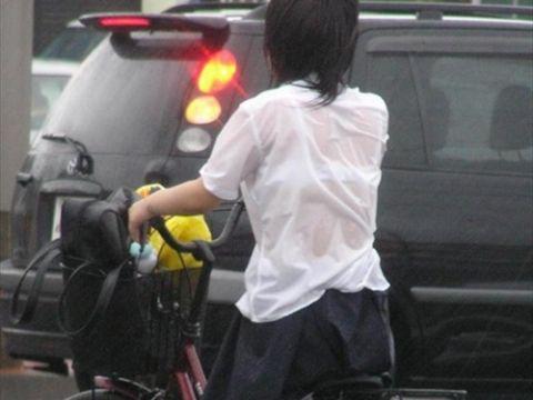 雨の中、登下校する女子高生たちが超色っぽい…ブラジャー透け透けびしょ濡れ透けブラ画像